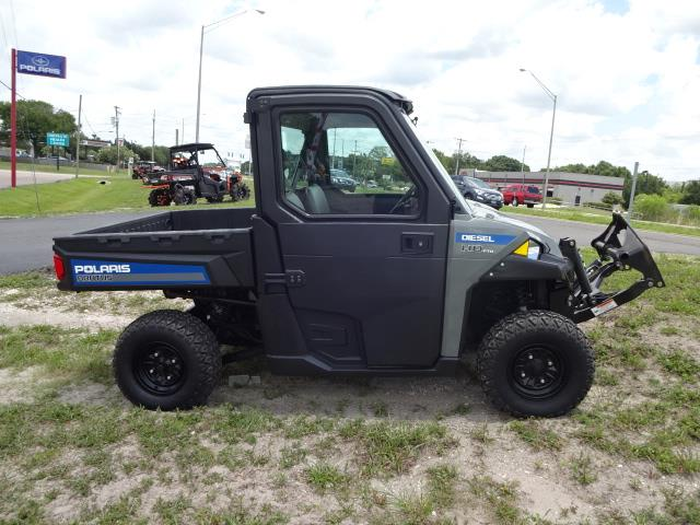 Image: Right-side View of a Polaris UTV